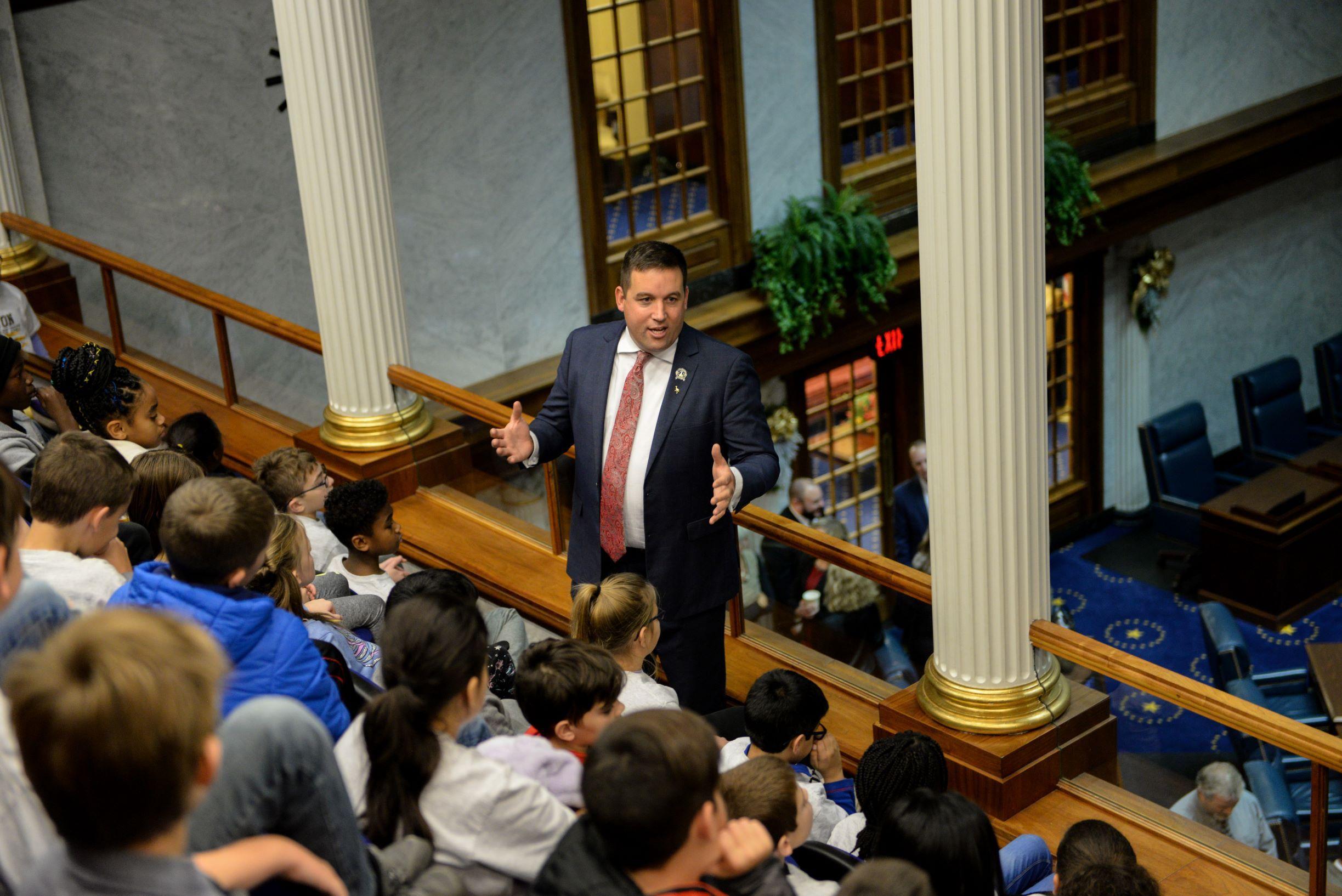 Sen. Crane speaks with schoolchildren